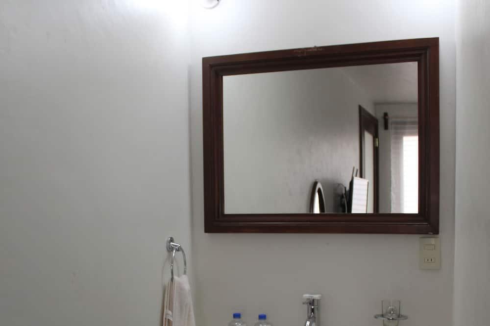 Tradiční hotelový pokoj - Umyvadlo vkoupelně