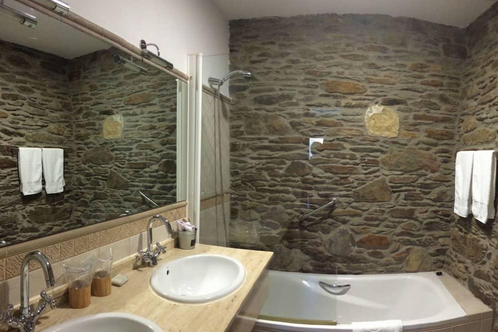 Deluxe Twin Room, 1 Bedroom, Non Smoking - Bathroom