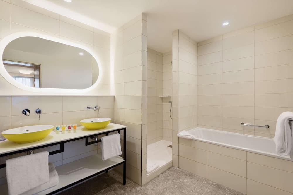 Suite, 1 très grand lit et 1 canapé-lit - Salle de bain