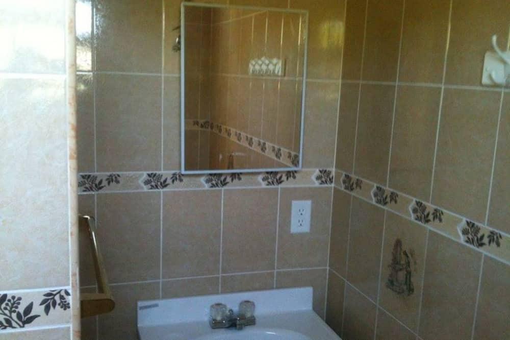 Двухместный номер базового типа с 1 двуспальной кроватью, 1 двуспальная кровать «Квин-сайз» - Ванная комната