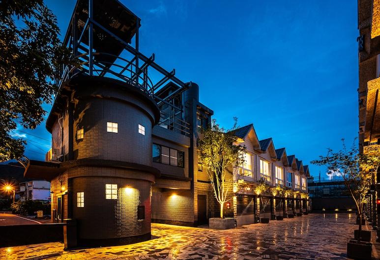 Yilan East Motel, Jiaoxi, Hotel Front – Evening/Night