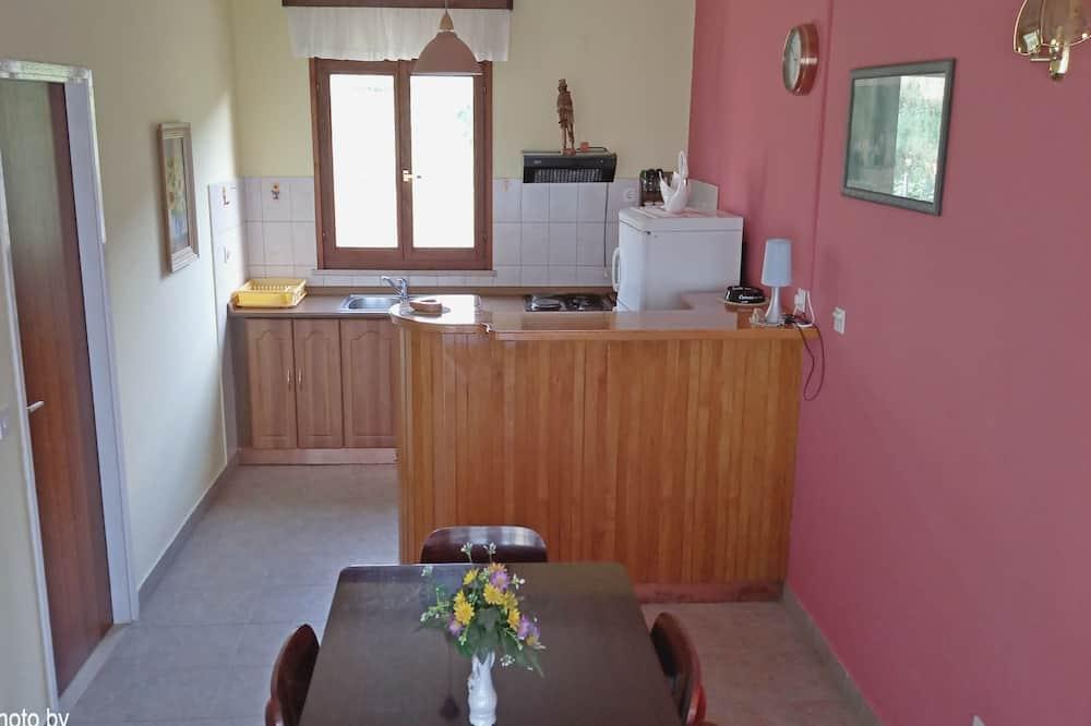 דירה (Two-Bedroom Apartment with Balcony) - אזור אוכל בחדר