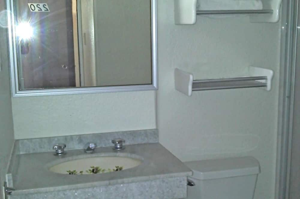 Стандартный четырехместный номер - Ванная комната