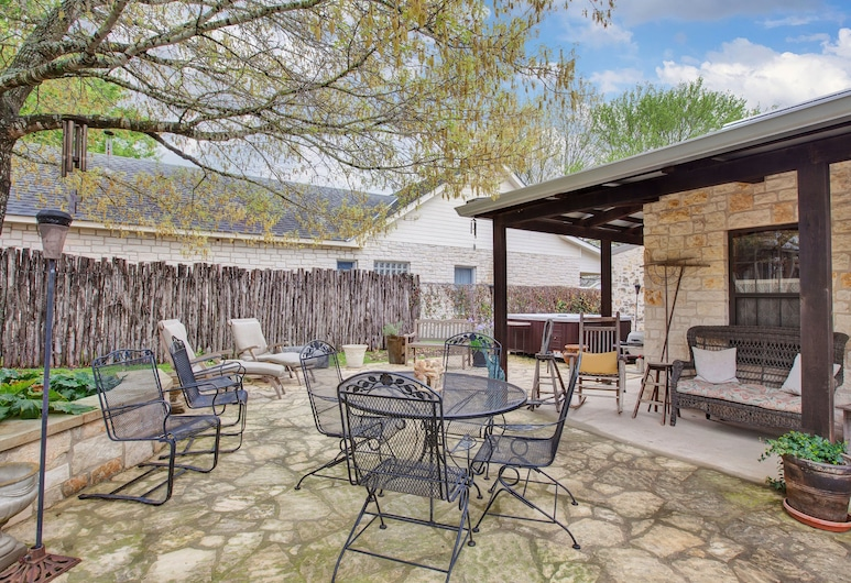 Luxury and Location One Block to Main St With Hot tub and Firepit, Fredericksburg, House (Luxury and Location One Block to Main), Balcony