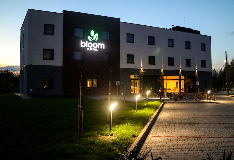 Bloom Hotel, Рашин, Фасад готелю (вечір/ніч)