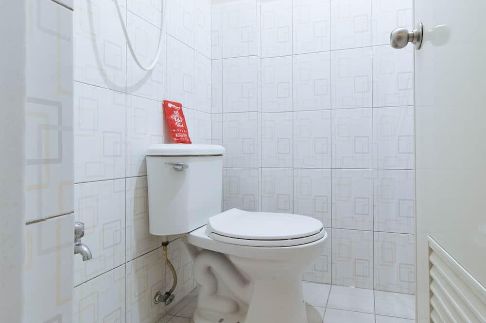 Standard Room (Reddoorz) - Bathroom