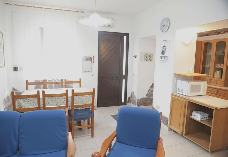 Apartment With 3 Bedrooms in Calasetta, With Wifi - 2 km From the Beach, Calasetta, Living Room