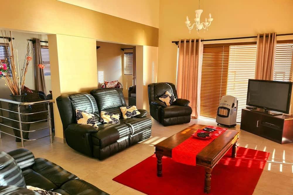 Business Suite, 4 Bedrooms - Living Area