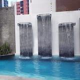 Basseng med vannfall