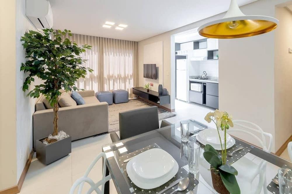 شقة ديلوكس - غرفتا نوم - تناول الطعام داخل الغرفة