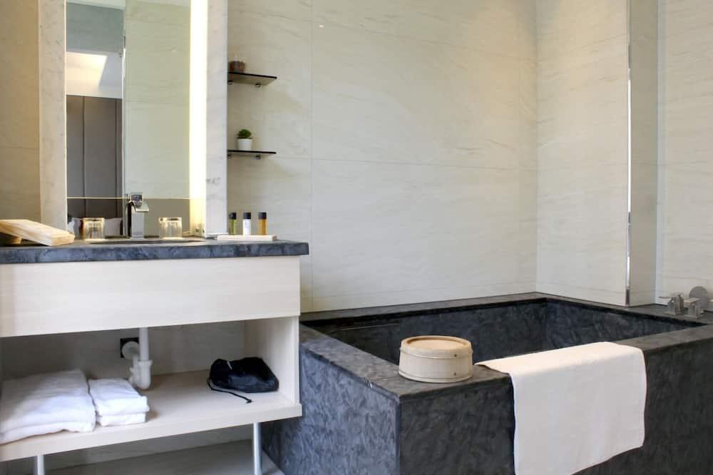Design Quadruple Room - Bathroom