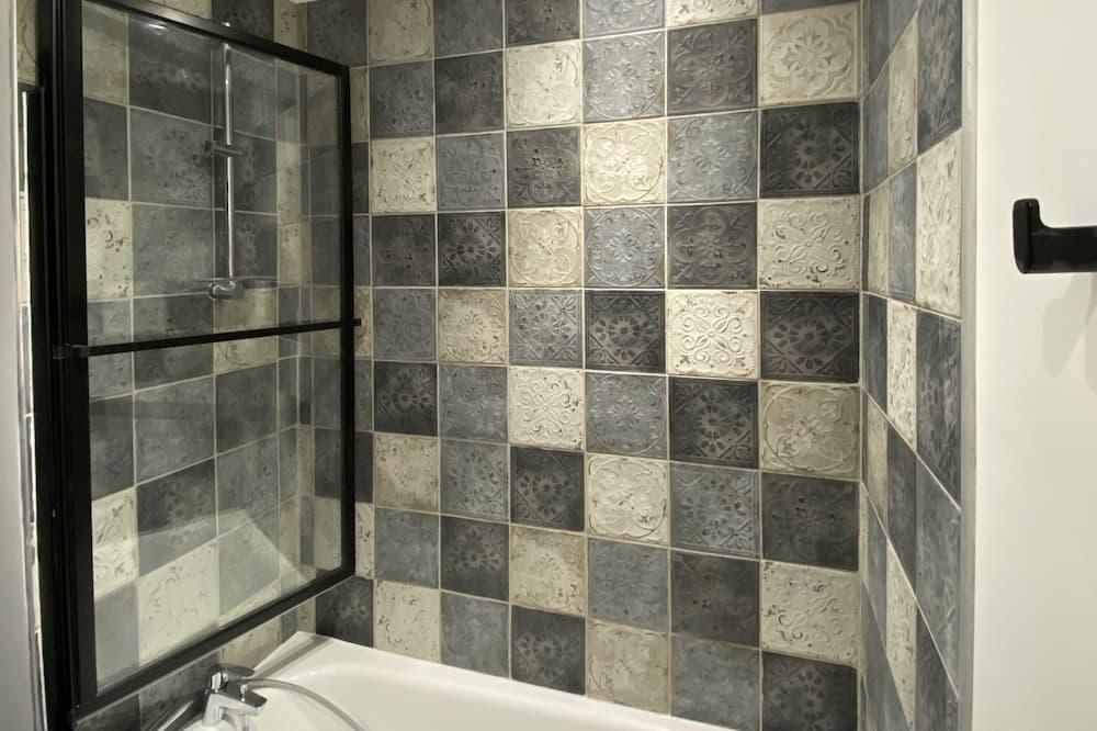 Vardinės klasės apartamentai, iš miegamojo pasiekiamas vonios kambarys (Le repère de Bacchus) - Vonios kambarys
