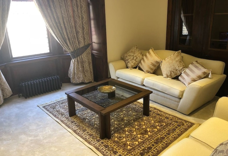 Beautiful 4-bed Villa in Glasgow, Glasgow, House, Multiple Beds, Living Area