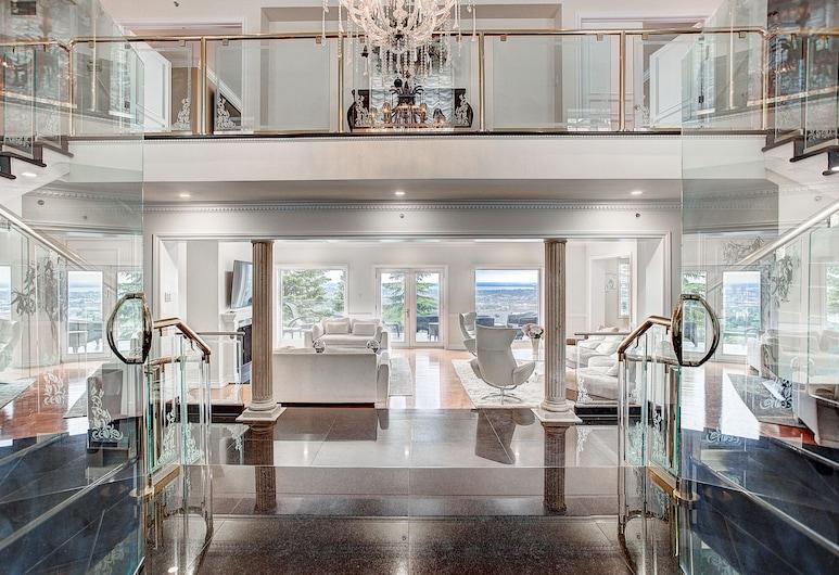 Luxury 5BR & Pool Home in Westmount MTL, Westmount, Entrén inifrån