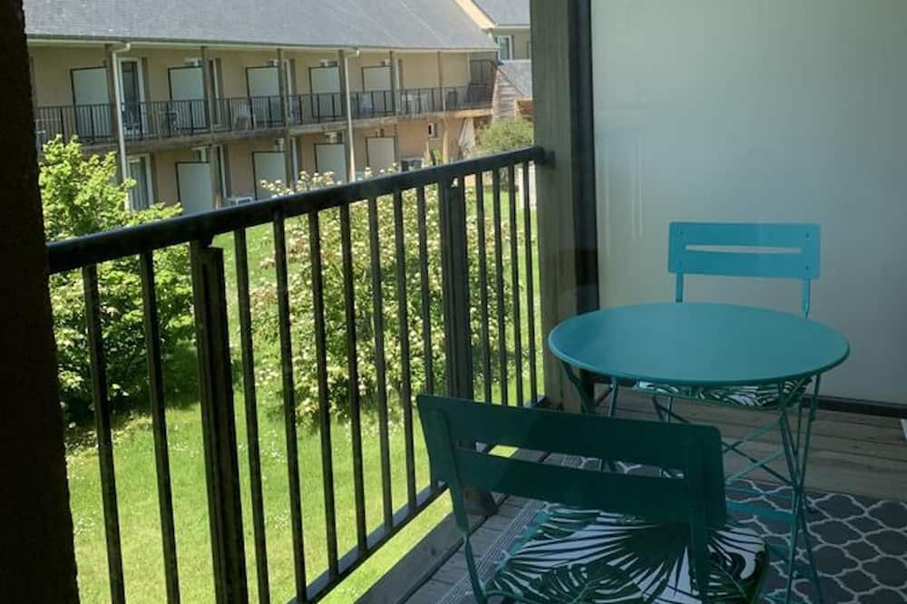 Appartement, salle de bains attenante - Vue depuis le balcon