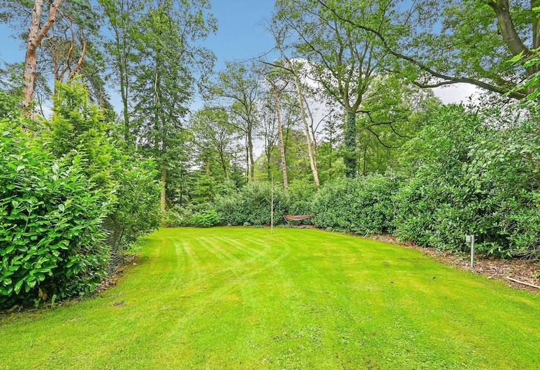 Splendid Holiday Home in Enschede Near Lake and Town Center, Boekelo, Jardim