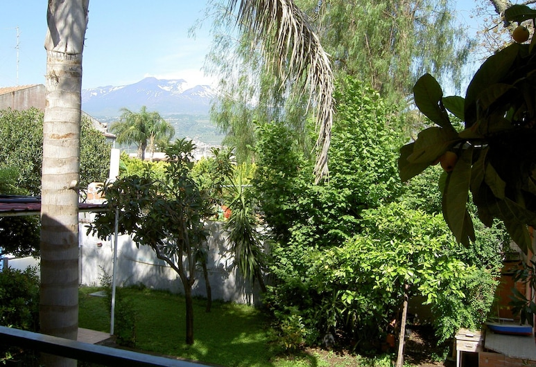 Lavish Holiday Home in Mascali With Private Swimming Pool, Mascali, Kert