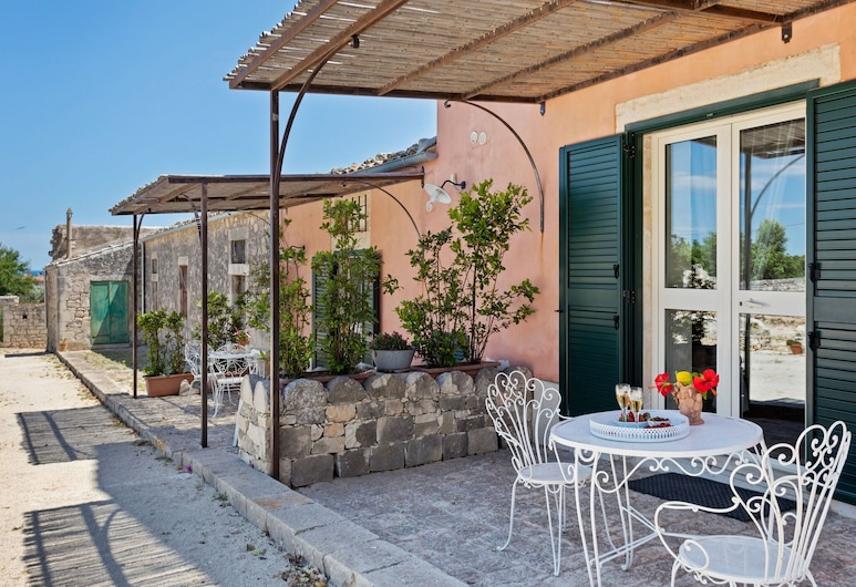 Lovely Holiday Home in Pozzallo With Swimming Pool, بوتسالو, شُرفة