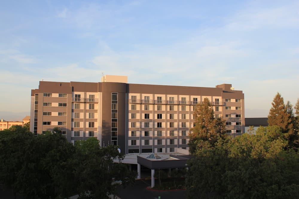 Newly Renovated, Upscale, Modern Visalia Hotel!