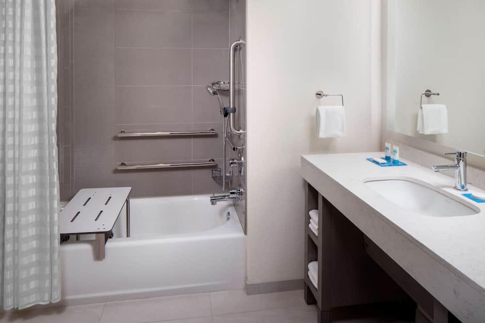 Stúdió lakosztály, mozgássérültek számára is hozzáférhető, fürdőkád (2 Queen Beds with Sofa Bed) - Fürdőszoba