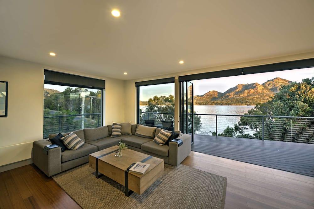 Namas su vitrininiais langais - Svetainė