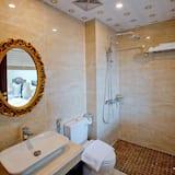 Deluxe Triple Room, River View - Bathroom