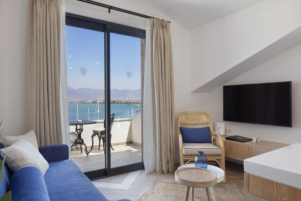 Deluxe Studio Suite, 1 Bedroom, Harbor View, Sea Facing - Living Area