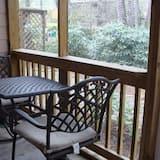 חדר פרימיום, 2 מיטות קווין, נוף לנהר (Screened Porch) - מרפסת