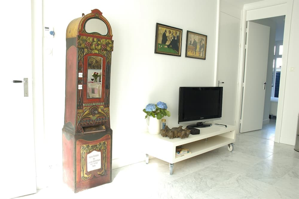Deluxe Apartment, Bathtub, Ground Floor - Living Area