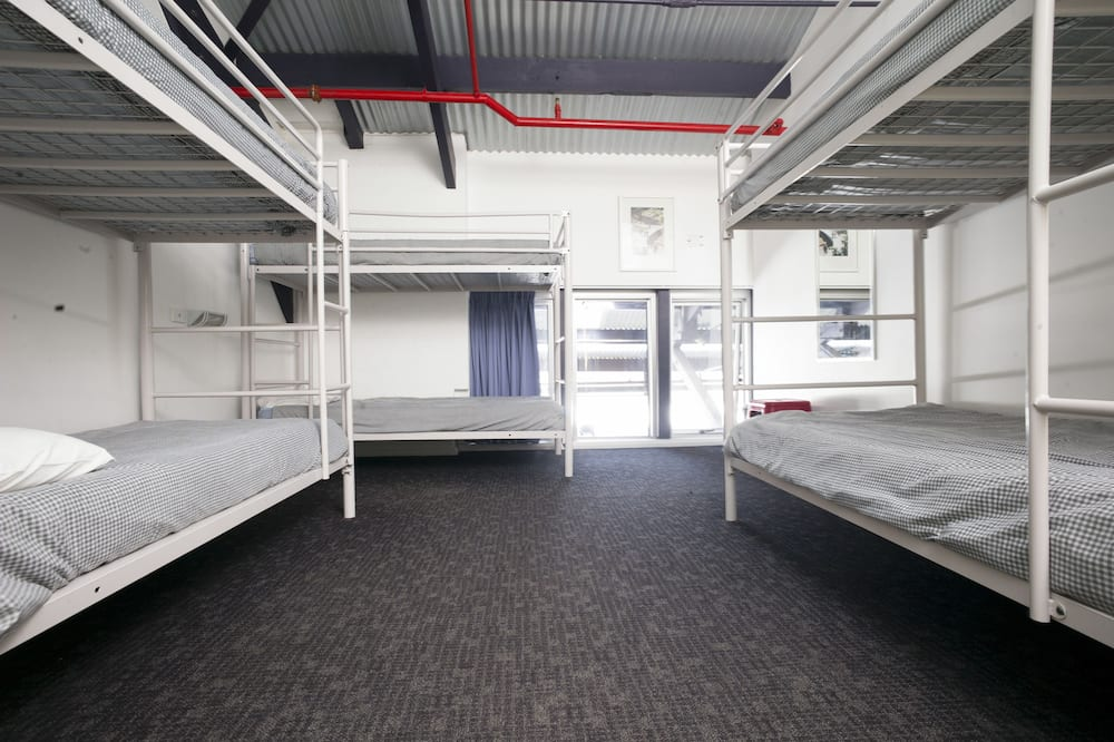 Slaapzaal, alleen vrouwen (Four share female dorm) - Badkamer