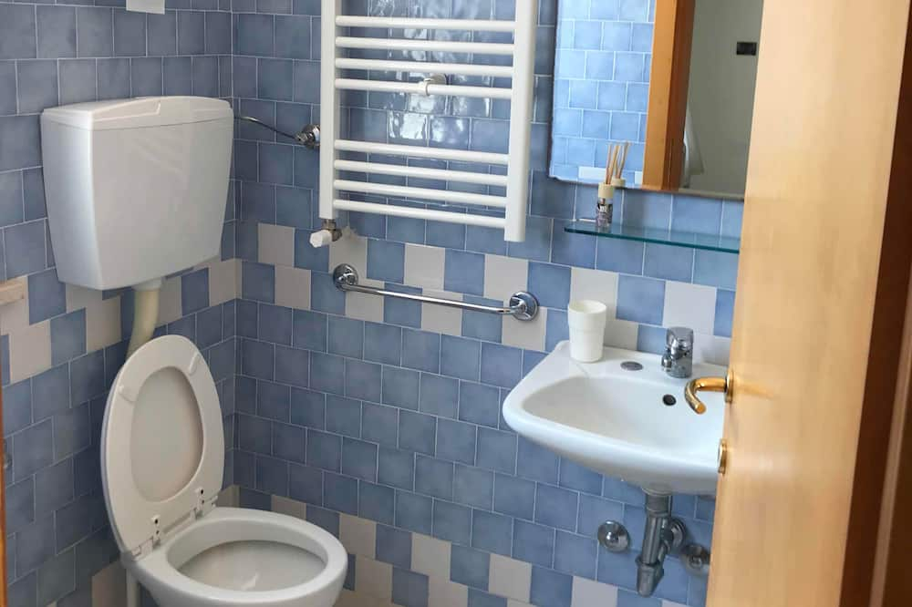 Comfort Loft, Multiple Beds, Kitchenette, Tower - Bathroom