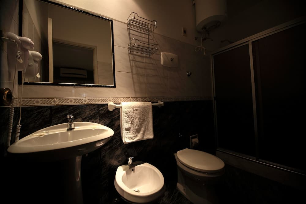 スタンダード ツインルーム シングルベッド 2 台 - バスルーム