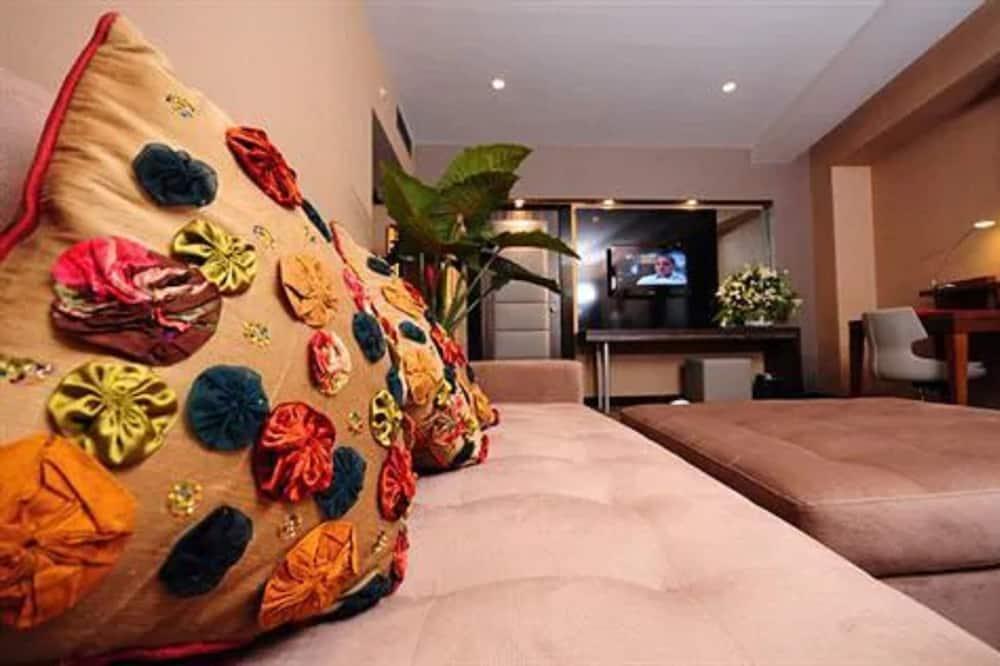 Senior Suite, 1 King Bed, Smoking - Living Area