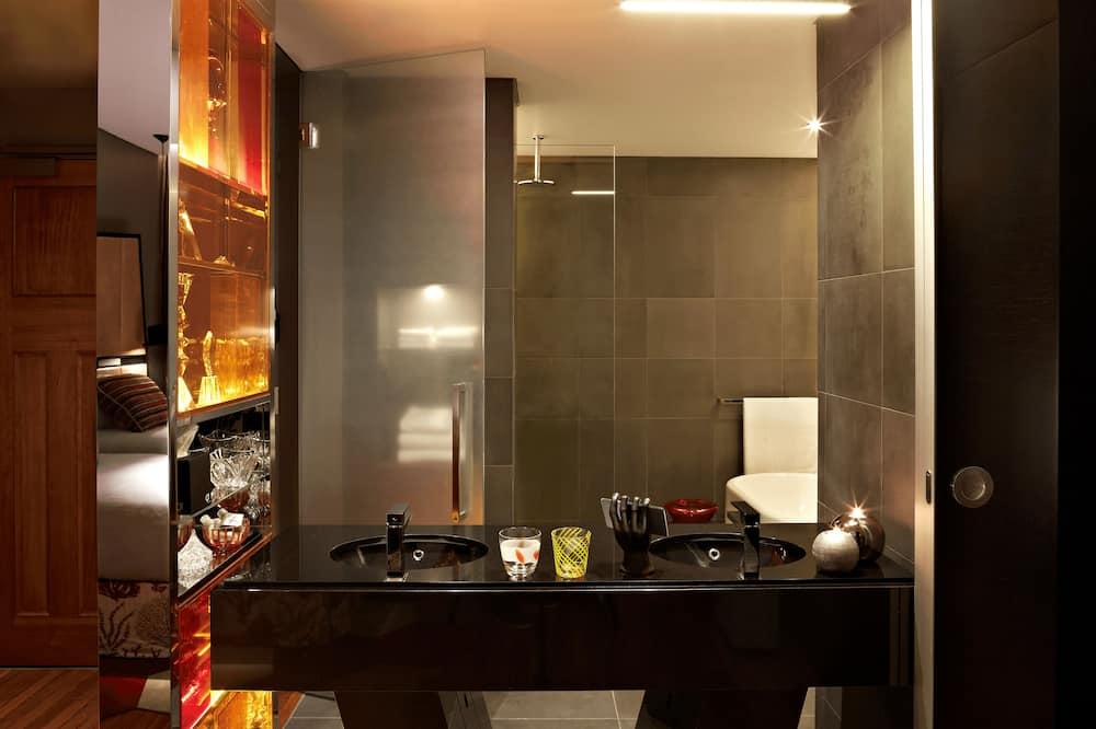 QT Deluxe King - Bathroom