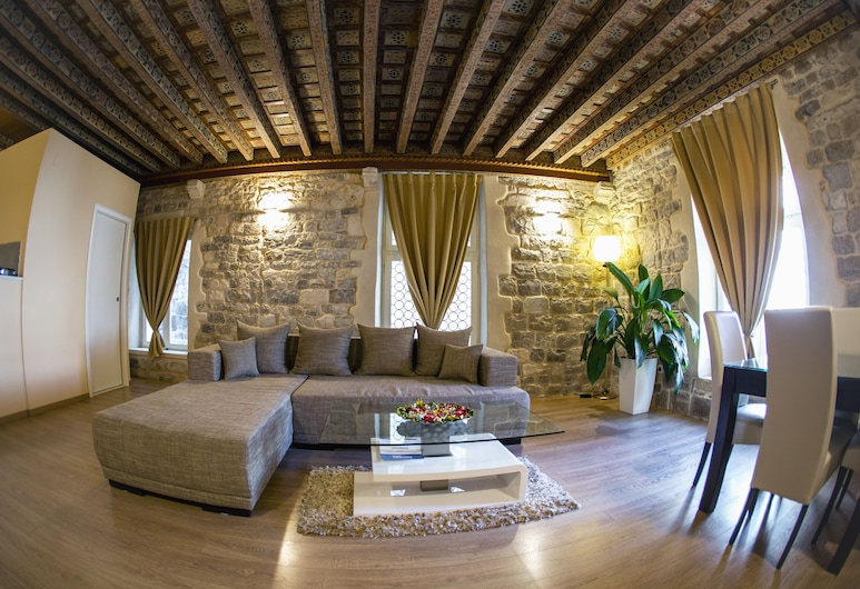 Grisogono Palace Heritage Residence, Split, Deluxe Apartment, One Bedroom, View on Imperial Square Peristil, Wohnbereich