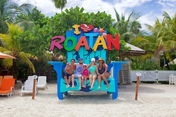 Picture of Paradise Beach Hotel in Roatan