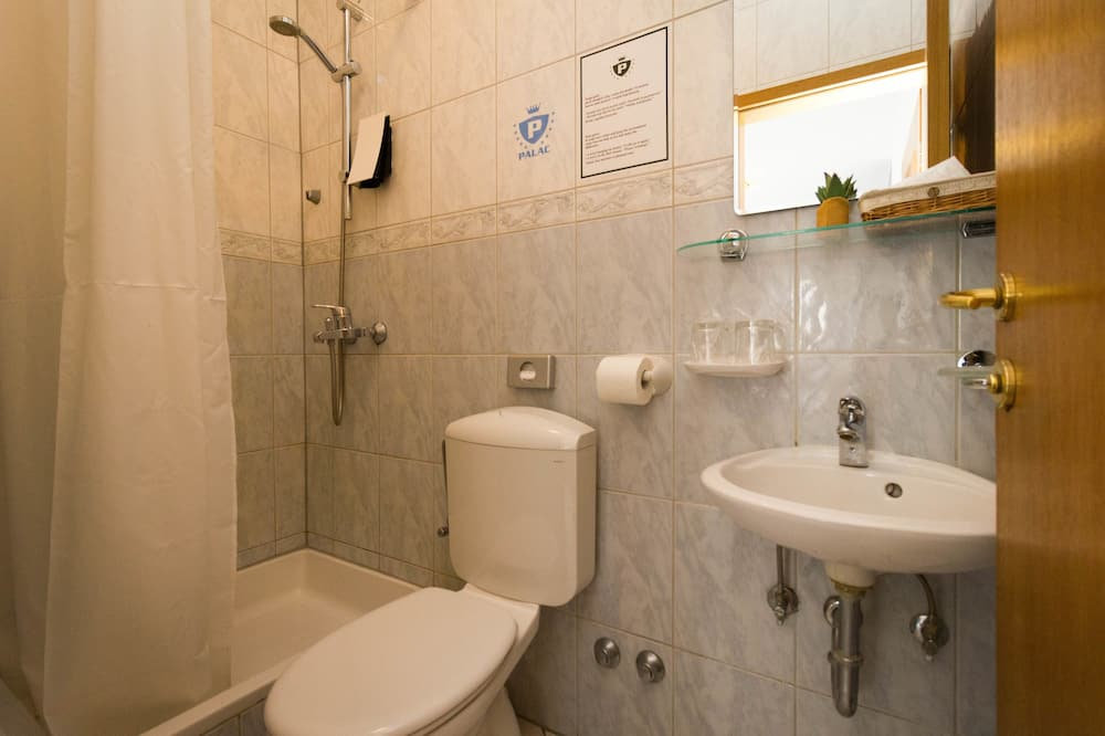 Dvojlôžková izba, kuchynka - Kúpeľňa