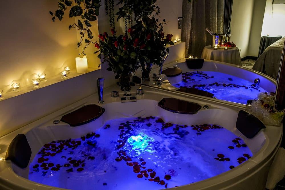 Полулюкс, 1 двуспальная кровать «Квин-сайз», гидромассажная ванна, вид на город - Индивидуальная спа-ванна