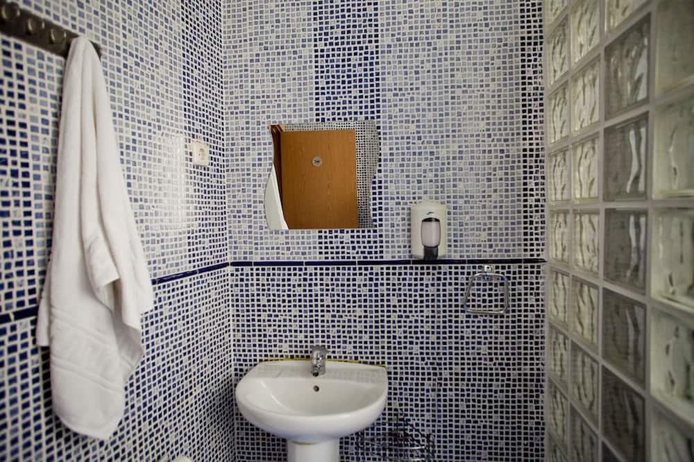 スタンダード ルーム シングルベッド 2 台 共用バスルーム - バスルームのシンク