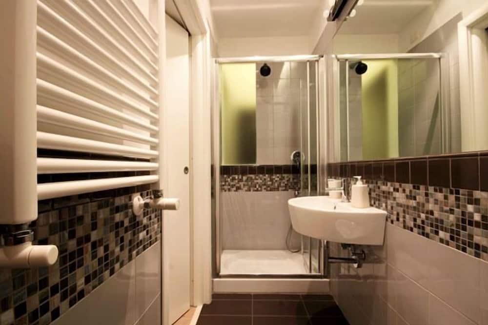 חדר סטנדרט זוגי או טווין, שירותים צמודים - חדר רחצה