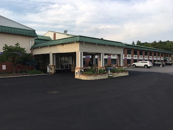 Picture of Super 6 Inn and Suites in Williamstown