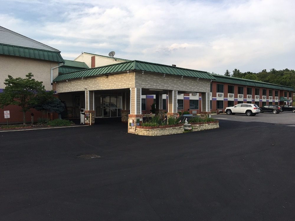 Super 6 Inn and Suites, Williamstown