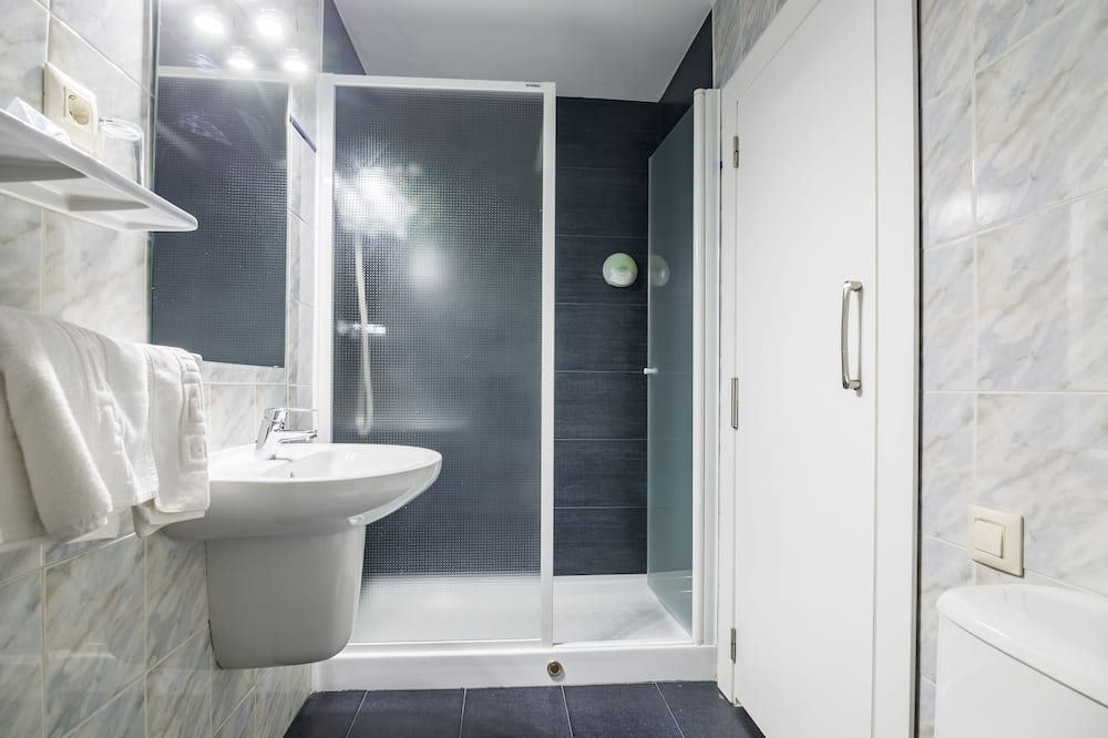 Habitación triple (for 2 adults and 1 child) - Baño