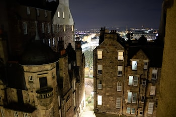 Enter your travel dates, check our Edinburgh last minute prices