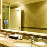 Standard Room, 1 King Bed, Pool View - Bathroom