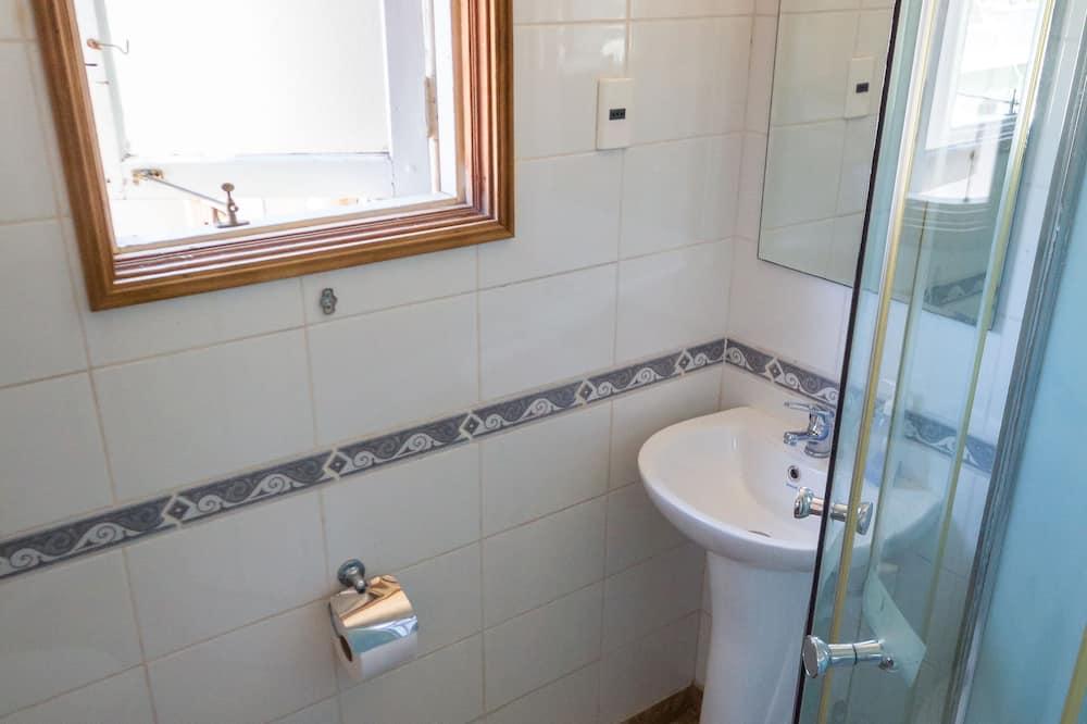 Szoba kétszemélyes ággyal, 1 kétszemélyes ágy, privát fürdőszoba, kilátással a hegyre - Fürdőszoba