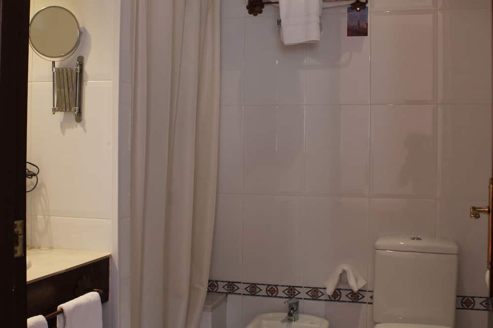 Doppelzimmer, 3Einzelbetten - Badezimmer
