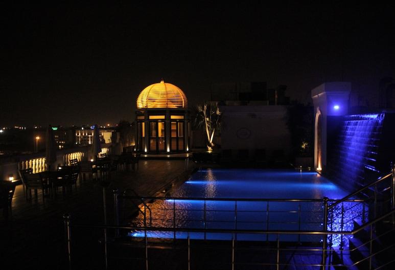 The Pllazio Hotel, Gurugram, Pool auf dem Dach