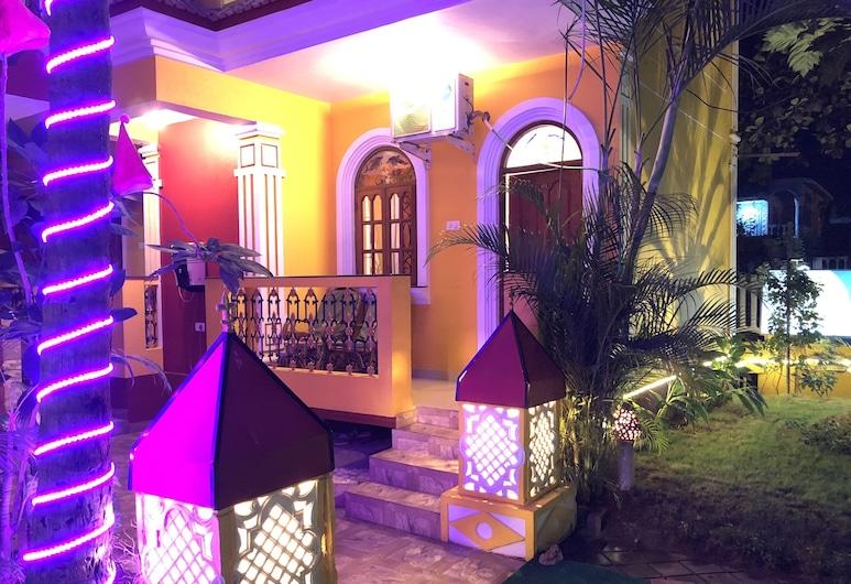 Veronica Guest House, Calangute, Fassaad õhtul/öösel
