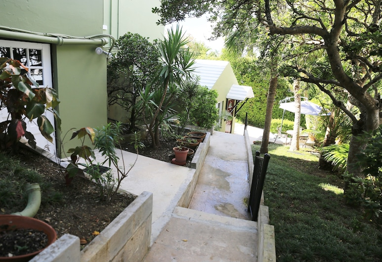 Edgehill Manor Guest House, Pembroke, Property Grounds